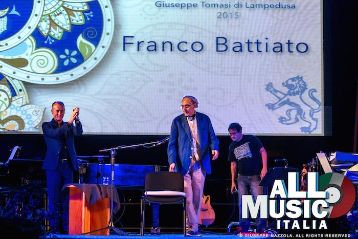 L'arrivo sul palco di Franco Battiato