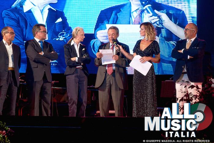 Fleur Jaeggy con Gioacchino Lanza Tomasi (ultimo erede dell'illustre famiglia), Serena Autieri (presentatrice della cerimonia) e Fanco Valenti (sindaco di Santa Margherita Belice)