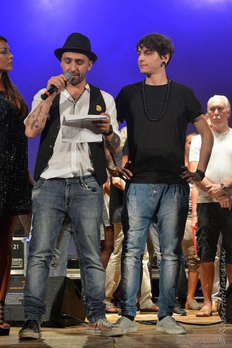 Massimiliano Longo, direttore di All Music Italia, premia Giacomo Boco per il miglior testo